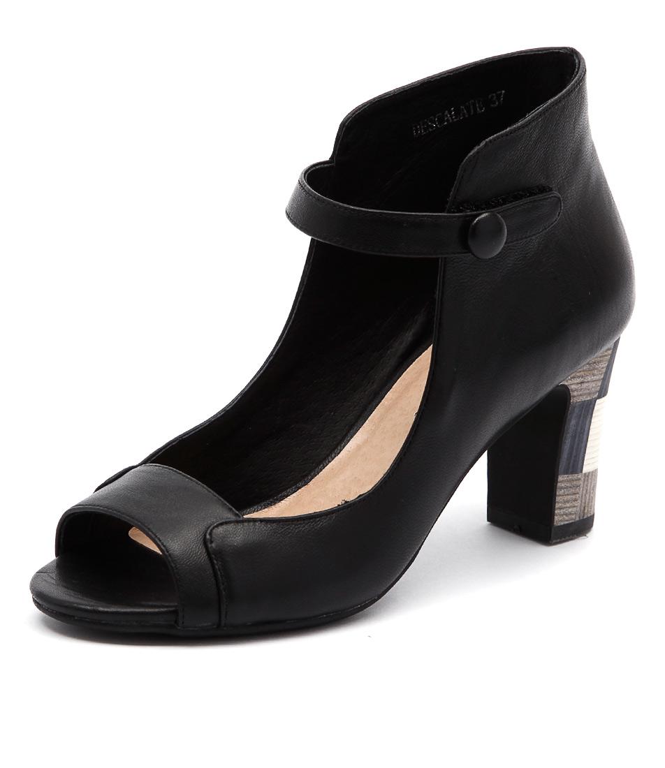 Django & Juliette Descalate Black All Over Sandals